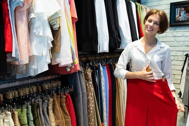 Leuke vrouw probeert trendy rode rok