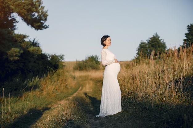 Leuke vrouw tijd doorbrengen in een zomer veld