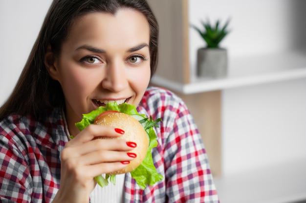 Leuke vrouw wil schadelijke hamburger eten