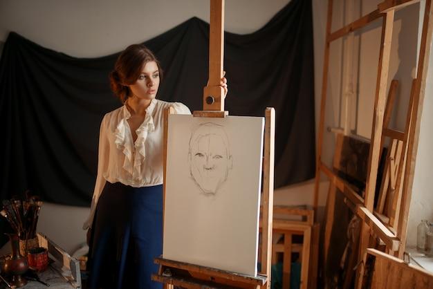Leuke vrouwelijke kunstenaarstekening in studio