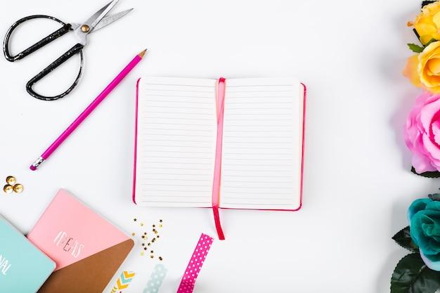Leuke werkruimte met geopend dagboek