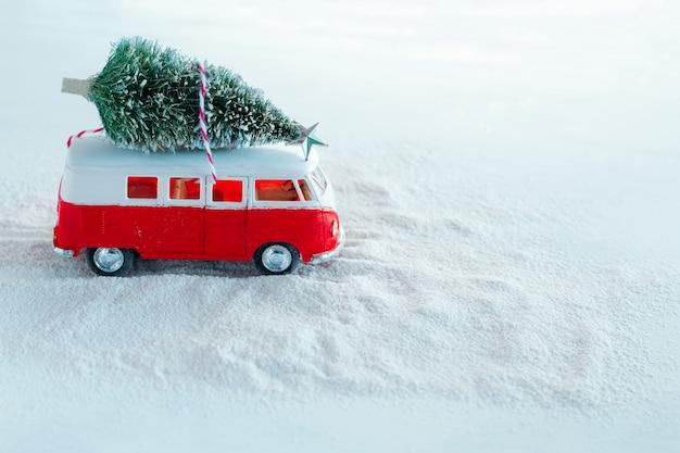 Leuke winter vakantie wenskaart kerstboom op retro speelgoed vrachtwagen in besneeuwde bos