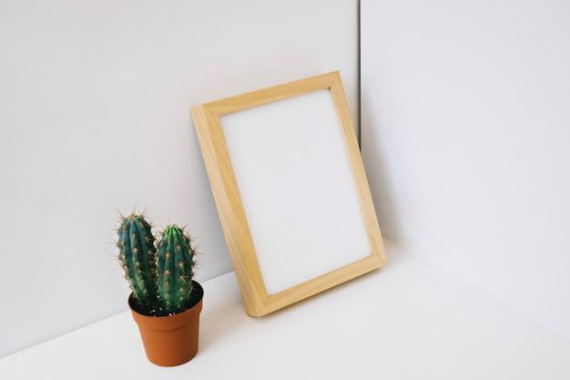 Leunend frame en cactus