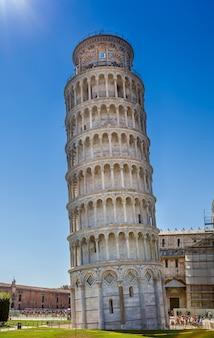 Leunende toren van pisa in het close-up van italië