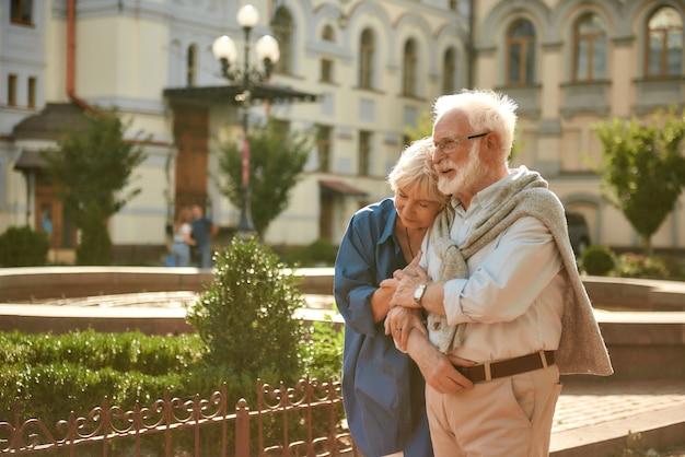 Leven zonder liefde is helemaal geen leven gelukkig senior koppel dat zich aan elkaar hecht terwijl ze tijd doorbrengt