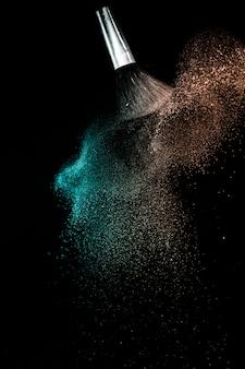 Levend koraal en groene oceaan poeder kleur spatten en penseel voor make-up artiest of grafisch ontwerp