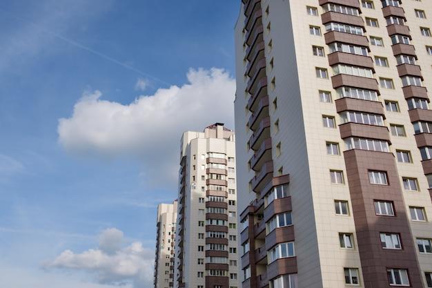 Levende torenhuizen met blauwe lucht