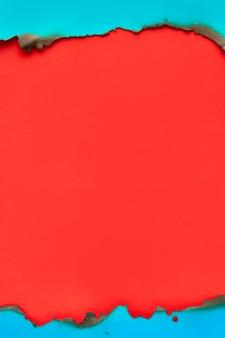 Levendig kleurenpapier met verbrande randen, plat met kopie-ruimte