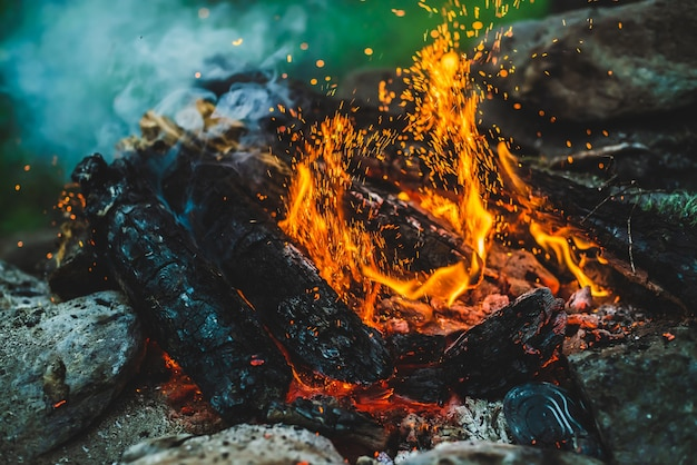 Levendig smeulend brandhout verbrand in close-up in vuur.