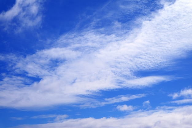 Levendige blauwe hemel met zuivere witte wolken
