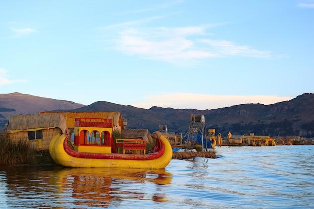 Levendige gekleurde traditionele totora riet boten op het titicacameer, beroemde uros drijvende eiland puno, peru