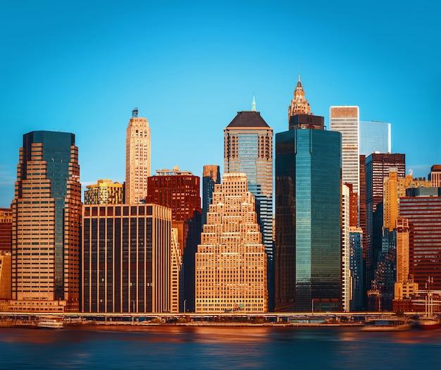 Levendige kleurenafbeelding van de skyline van manhattan, new york city, verenigde staten