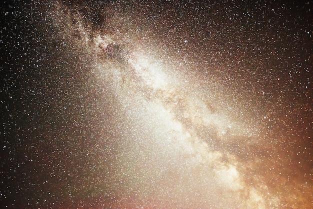 Levendige nachtelijke hemel met sterren en nevel en melkweg.