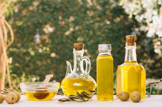 Levendige olijfolieflessen buitenshuis