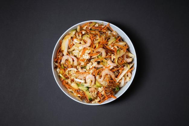 Levendige plaat van garnalensalade. traditionele garnalensalade met groenten