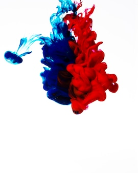 Levendige rode en blauwe inktwolken
