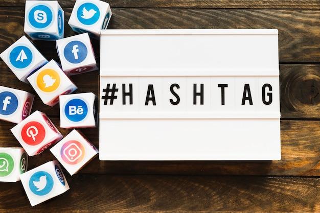 Levendige sociale netwerken pictogrammen blokken naast hashtag-tekst