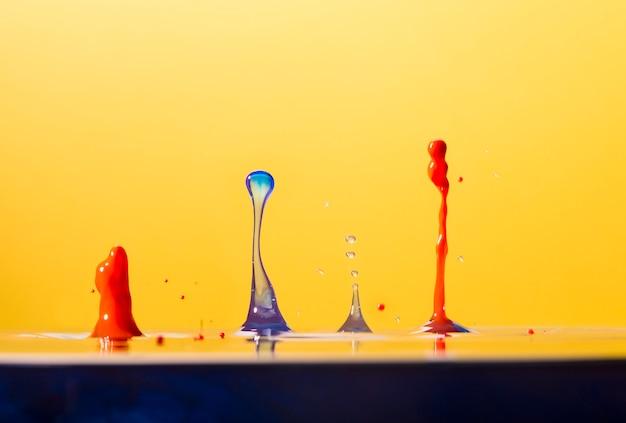 Levendige waterdrops spatten op geel