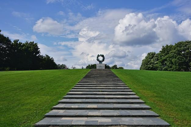 Levenscirkel sculptuur in vigeland park, frogner park, oslo stad, noorwegen in blauwe lucht.