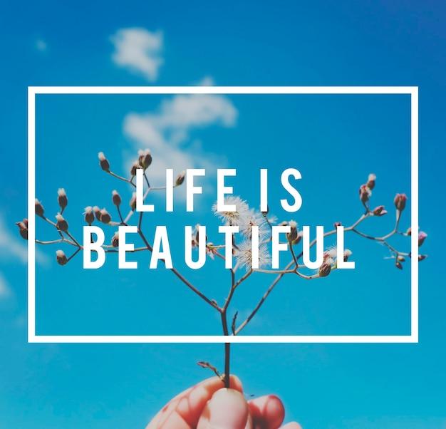 Levensmotivatie inspireert positieve vibes citaat op bloem en blauwe hemelachtergrond