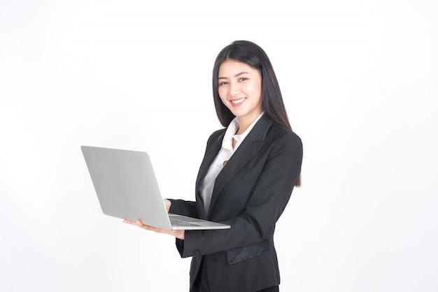 Levensstijl bedrijfsmensen die laptop computer op bureau met behulp van