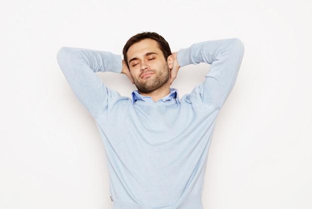 Levensstijl en mensen concept: gelukkige jonge man in blauw shirt. over witte ruimte.