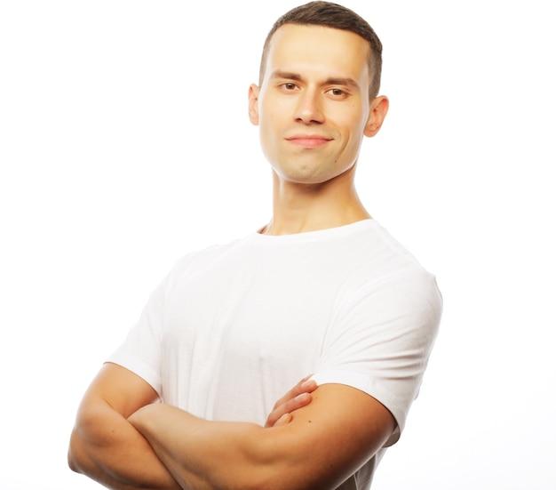 Levensstijl en mensen concept: knappe jonge man met wit t-shirt