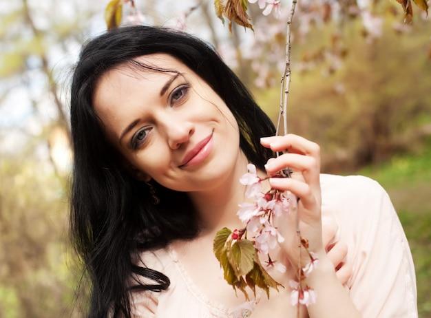 Levensstijl en mensen: mooie vrouw bloesemtuin
