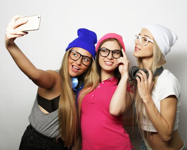 Levensstijl en mensenconcept: de beste vrienden van hipstermeisjes die selfie nemen