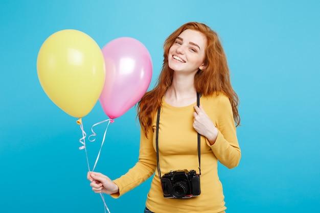 Levensstijl en partij concept close-up portret jonge mooie aantrekkelijke gember rood haar meisje met kleurrijke ballon en vintage camera blauwe pastel muur kopie ruimte