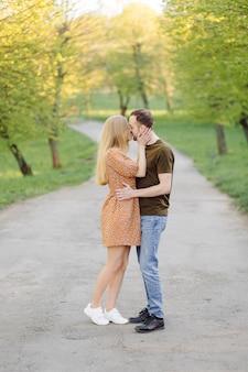 Levensstijl, gelukkige paar spelen op een zonnige dag in het park