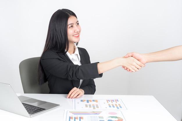 Levensstijl mooie aziatische zakelijke jonge vrouw met behulp van laptop op het bureau