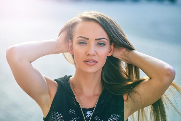 Levensstijl portret van een mooi meisje met lang haar op een zonnige dag