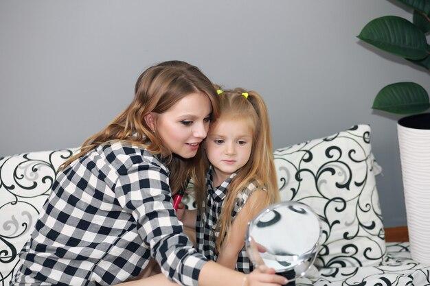 Levensstijl portret van moeder en dochter in gelukkig huis