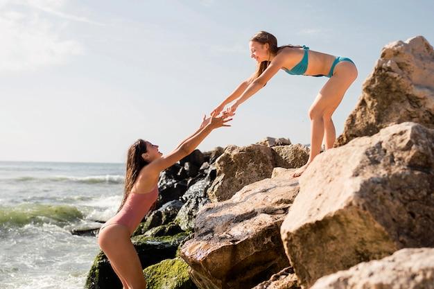 Levensstijl strand met vrienden hand in hand