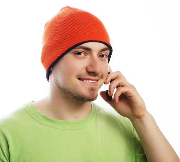 Levensstijl, technologie en mensen concept: vrolijke man in shirt spreken aan de telefoon, geïsoleerd op wit