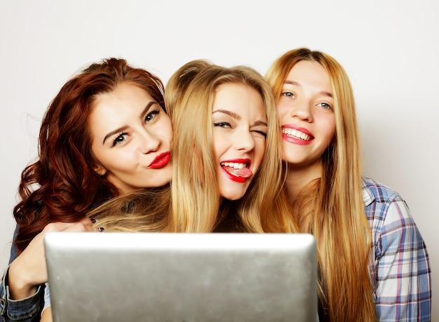 Levensstijl, technologie en mensenconcept: hipstermeisjesvrienden die selfie met digitale tablet nemen
