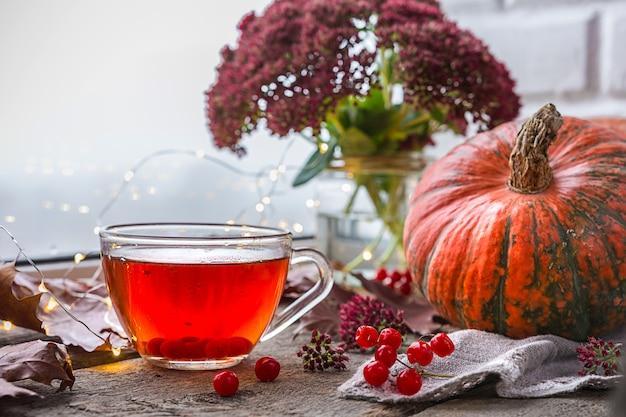 Levensstijl van comfort in de herfst. een salontafel met een kopje thee bij het raam met rai