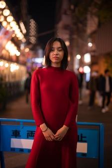 Levensstijl van de nacht in de stad met jonge vrouw