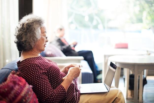 Levensstijl van een oudere aziatische vrouw