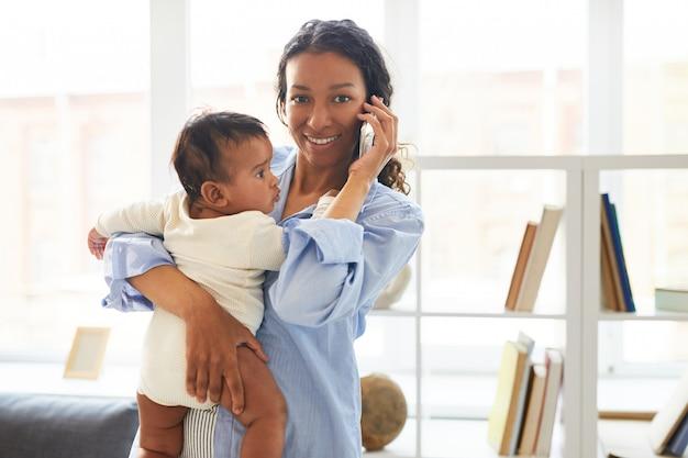 Levensstijl van moderne jonge moeder