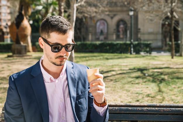 Levensstijl van moderne zakenman in park