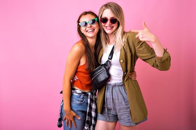 Levensstijl vrolijk portret of twee stijlvolle vrouw samen poseren