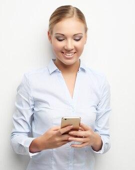 Levensstijl, zaken en mensen concept: portret van lachende zakelijke vrouw telefoon praten, over witte ruimte