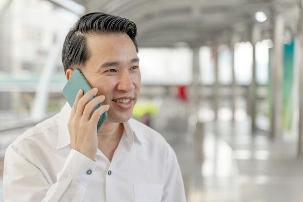 Levensstijl zakenmensen voelen zich gelukkig bij het gebruik van smartphone, bedrijfsconcept