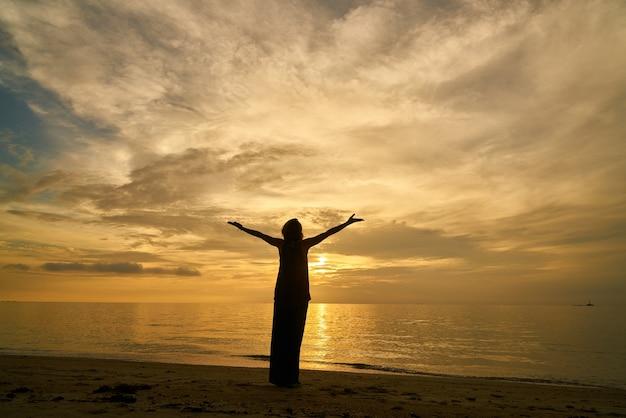 Levensstijlen één persoon strand terug weergave zomer