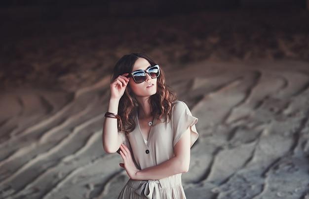 Levensstijlportret van jonge modieuze vrouw