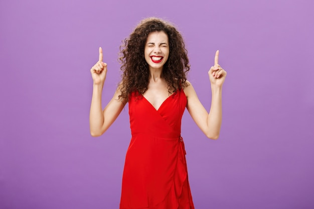 Levensveranderend moment gebeurt nu vrolijk en gelukkig overweldigd knappe elegante vrouw met krullend...