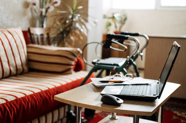 Levensverzekering arbeidsongeschiktheidsverzekering voor senioren laptopbril en documenten op de