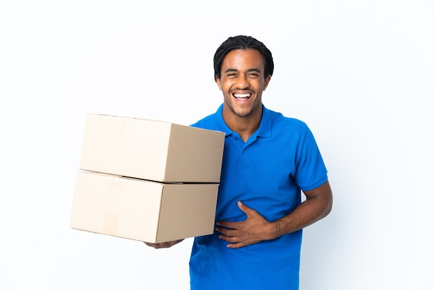 Levering african american man met vlechten geïsoleerd op een witte achtergrond lachend veel
